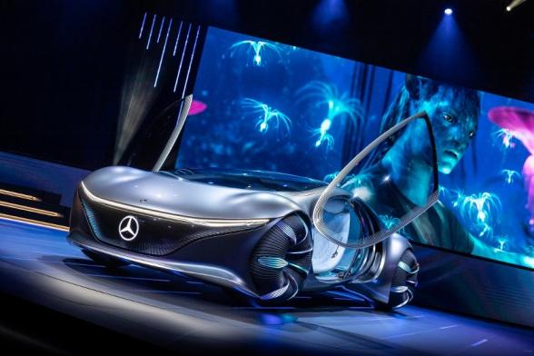 Mercedes-Benz VISION AVTR – inspiriert von AVATAR Der Name des wegweisenden Konzeptfahrzeugs steht nicht nur für die intensive Kollaboration während der Entwicklung des Showcars gemeinsam mit dem AVATAR Team, sondern auch für ADVANCED VEHICLE TRANSFORMATION. Dieses Konzeptfahrzeug verkörpert die Vision von Mercedes-Benz Designern, Ingenieuren und Trendforschern für Mobilität in ferner Zukunft. Mercedes-Benz VISION AVTR – inspired by AVATAR: The name of the groundbreaking concept vehicle stands not only for the close collaboration in developing the showcar together with the AVATAR team but also for ADVANCED VEHICLE TRANSFORMATION. This concept vehicle embodies the vision of Mercedes-Benz designers, engineers and trend researchers for mobility in the distant future.